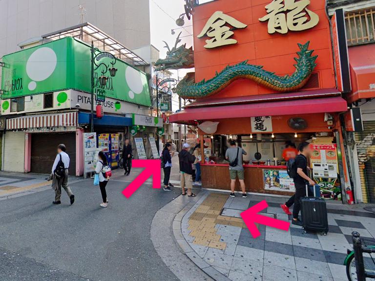 3秒ほど進むと右側に「金龍ラーメン」さんがあるので右に曲がります【電車でのスマホバスター難波(なんば)店へのアクセス】