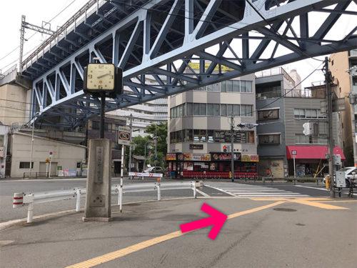 時計がある交差点を右に曲がります【電車でのスマホバスター西九条店へのアクセス】