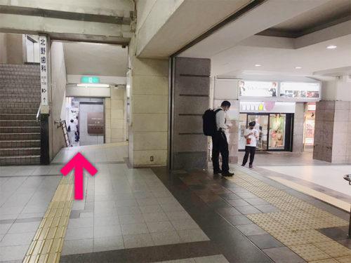 階段横の通路を進みます【電車でのスマホバスター神戸三宮駅前店へのアクセス】