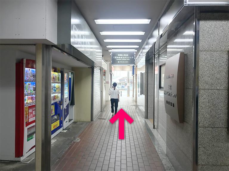 通路を進んで歩道に出たら左に曲がります【電車でのスマホバスター神戸三宮駅前店へのアクセス】